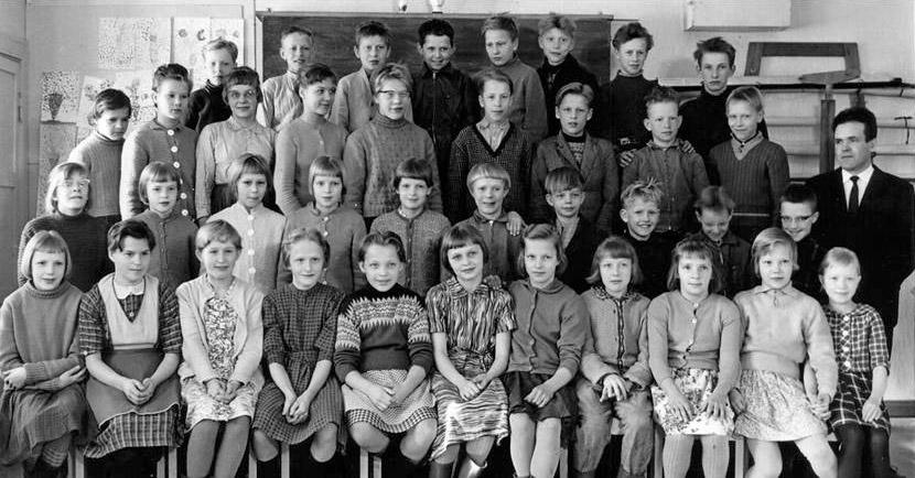 Kolkun koulun luokkakuva 1960-1961, opettaja Vilho Koivisto