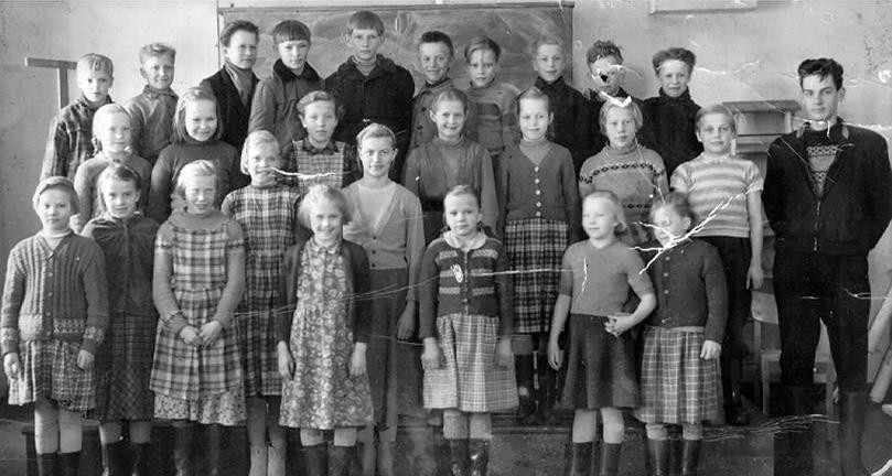 Kolkun koulun luokkakuva 1957-1958, opettaja Seppo Immonen