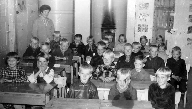 Kolkun koulun luokkakuva 1960-1961, opettaja Eila Lintula