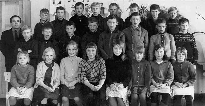 Kolkun koulun luokkakuva 1964-1965, opettaja Vilho Koivisto