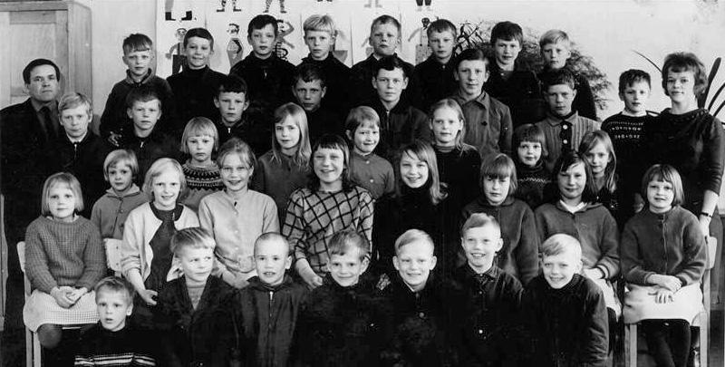 Kolkun koulun luokkakuva 1964-1965, opettajat Vilho ja Vieno Koivisto