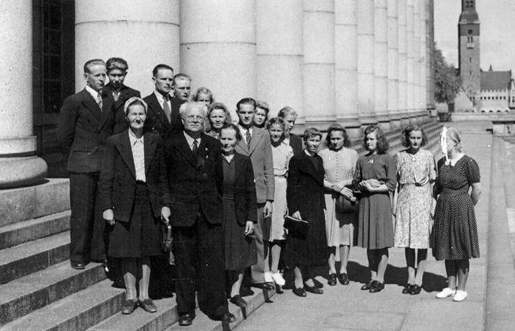 Kolkkulaiset retkellä Helsingissä 1948, kuva Eduskuntatalon portailta