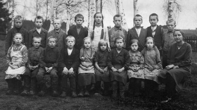 Kolkun koulun luokkakuva 1930-luvun alusta, opettaja Tyyne Jääskeläinen