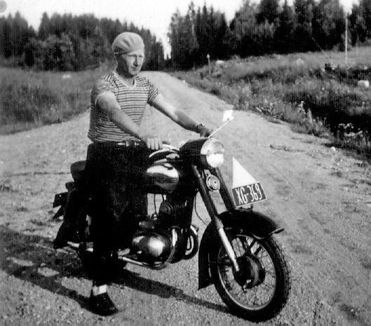 Eino Jääskeläinen ja moottoripyörä