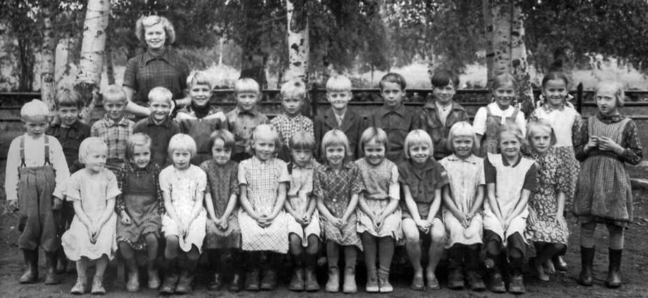 Kolkun koulun luokkakuva 1953-1954, opettaja Anja Rissanen