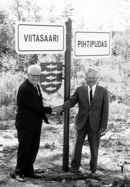 Läpikulkutien avajaiset, kuvassa T.E. Jääskeläinen ja Heikki Aurasmaa