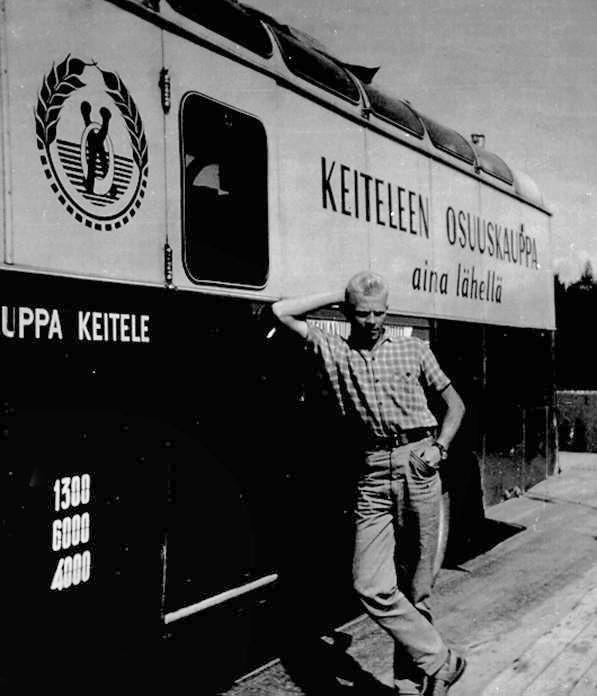 Keiteleen osuuskaupan myymäläauto, kuvassa Seppo Huikari