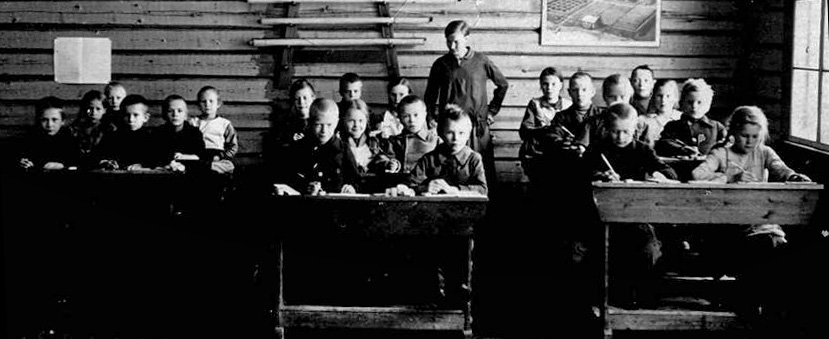 Kolkun koulun luokkakuva 1928, opettaja Aili Lehtimäki. Ensimmäinen kuva uudelta koululta.
