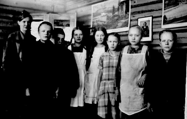 Opettaja Aili Lehtimäki ja jatkokoululaiset 1928