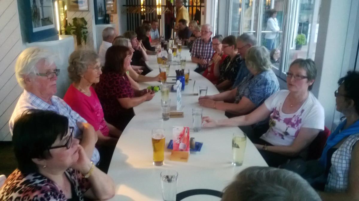 Kolkkulaiset Virossa Pärnussa Jahtklubilla syömässä