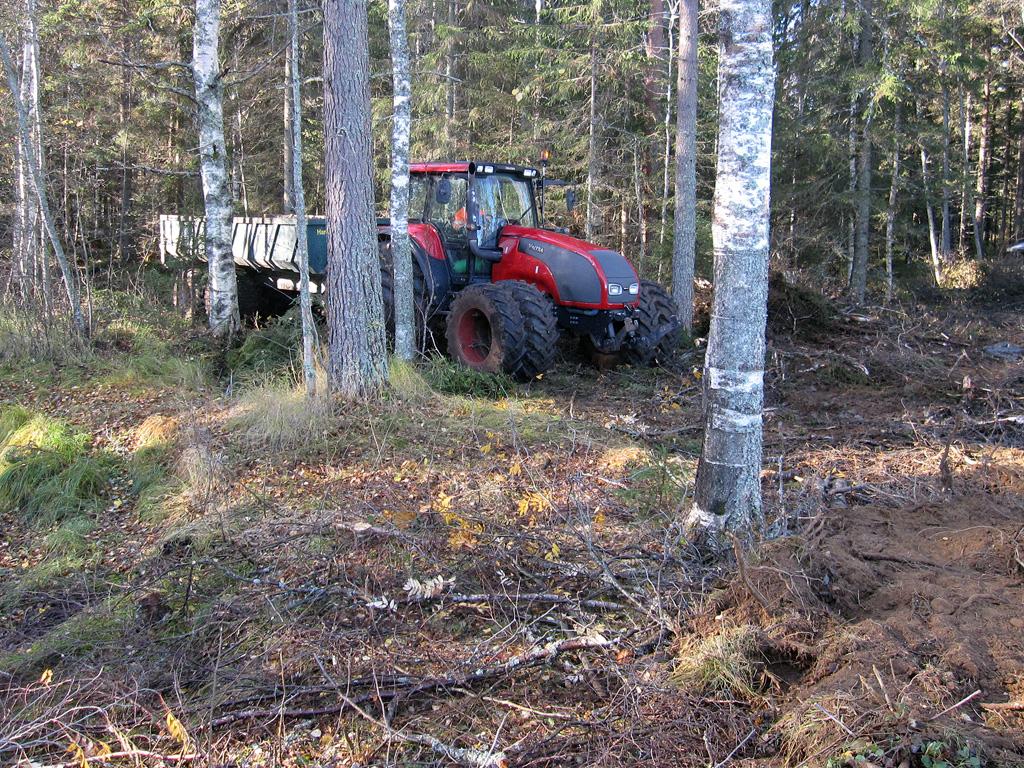 Traktori kuorman kanssa Kolkkujoella