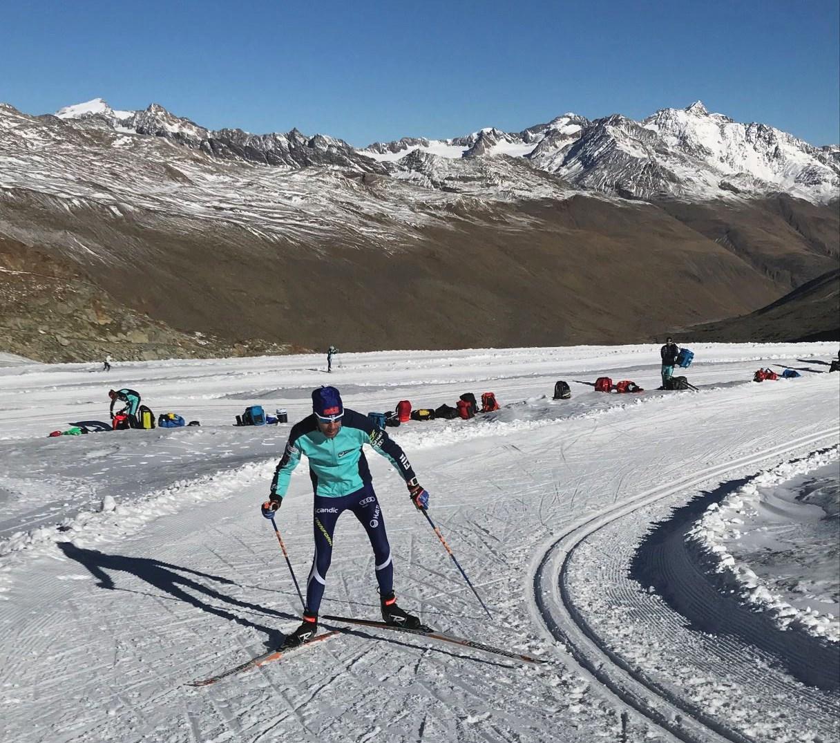 Valmentaja hiihtolenkillä